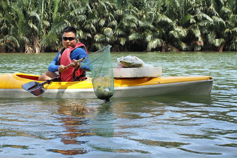 Nhiều người vô tư xả rác, còn khách Tây bỏ 10 USD để mua tour du lịch vớt rác trên sông Hoài, Hội An - Ảnh 6.