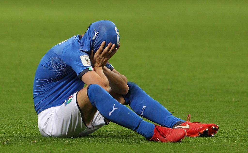 Buffon và đồng đội đổ gục, bật khóc tức tưởi sau thất bại của Italia - Ảnh 4.