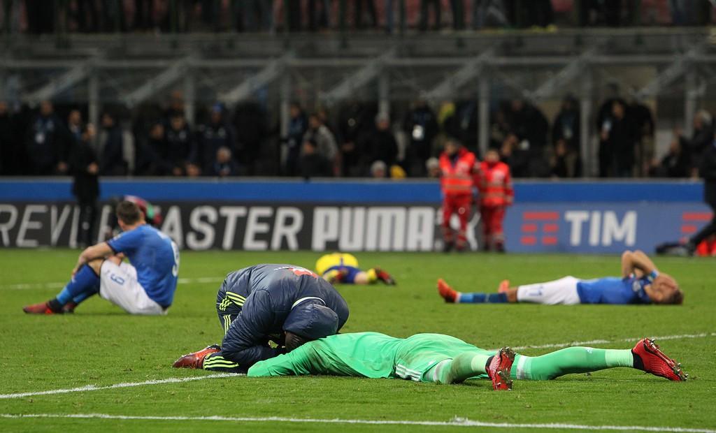 Buffon và đồng đội đổ gục, bật khóc tức tưởi sau thất bại của Italia - Ảnh 3.