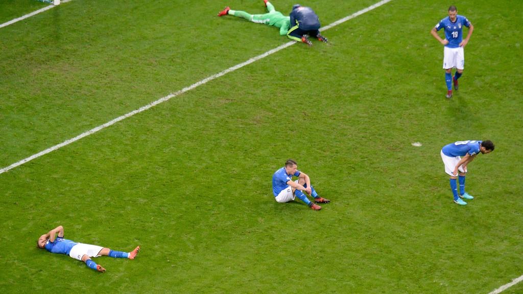 Buffon và đồng đội đổ gục, bật khóc tức tưởi sau thất bại của Italia - Ảnh 5.