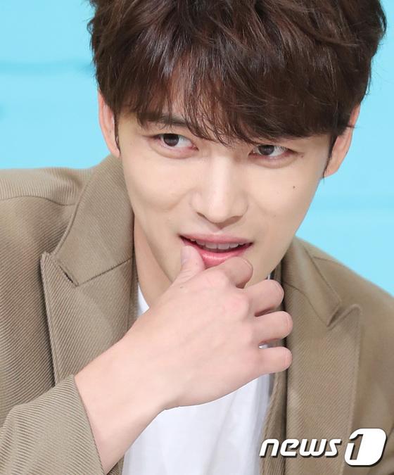 Jaejoong trở lại điển trai như hoàng tử, UEE diện váy rách hay cố tình? - Ảnh 9.