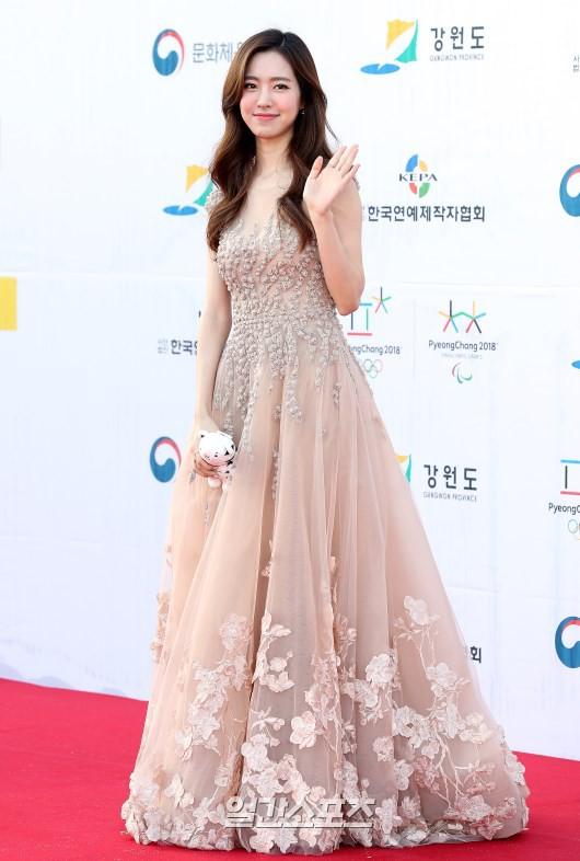 Thảm đỏ Dream Concert: Nữ diễn viên vô danh vượt mặt loạt nữ thần vì quá đẹp, dàn trai xinh gái đẹp Kpop đổ bộ - Ảnh 2.