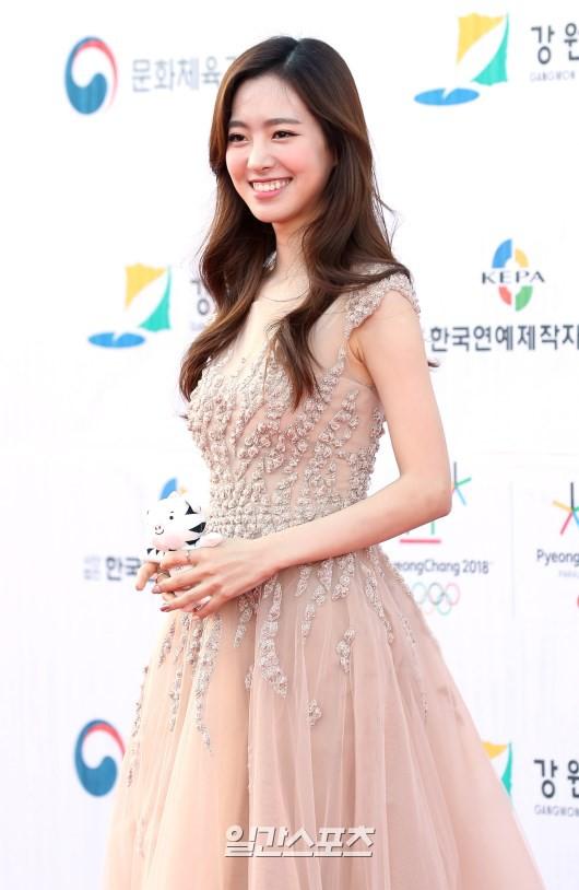 Thảm đỏ Dream Concert: Nữ diễn viên vô danh vượt mặt loạt nữ thần vì quá đẹp, dàn trai xinh gái đẹp Kpop đổ bộ - Ảnh 4.