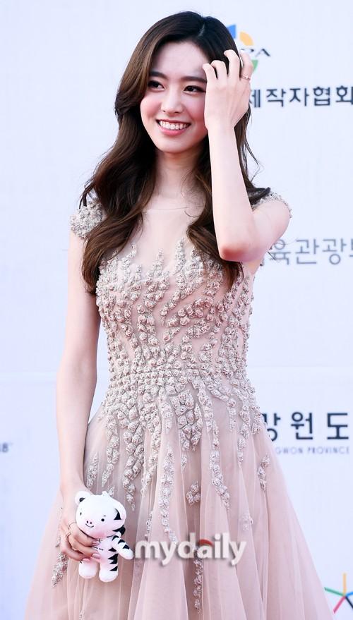 Thảm đỏ Dream Concert: Nữ diễn viên vô danh vượt mặt loạt nữ thần vì quá đẹp, dàn trai xinh gái đẹp Kpop đổ bộ - Ảnh 5.