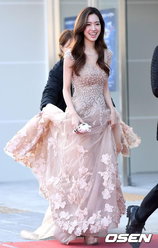 Thảm đỏ Dream Concert: Nữ diễn viên vô danh vượt mặt loạt nữ thần vì quá đẹp, dàn trai xinh gái đẹp Kpop đổ bộ - Ảnh 1.