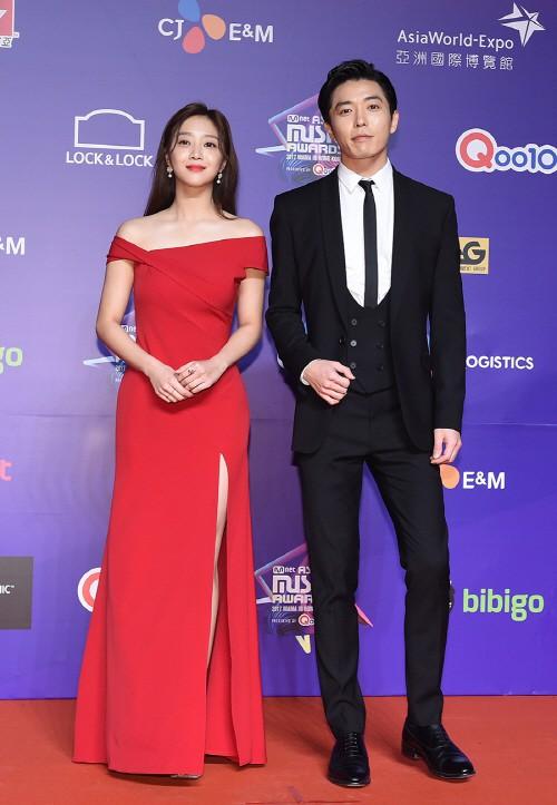 Cập nhật thảm đỏ MAMA Hồng Kông: Kim Yoo Jung chiếm trọn sự chú ý, em út Red Velvet hở bạo - Ảnh 16.