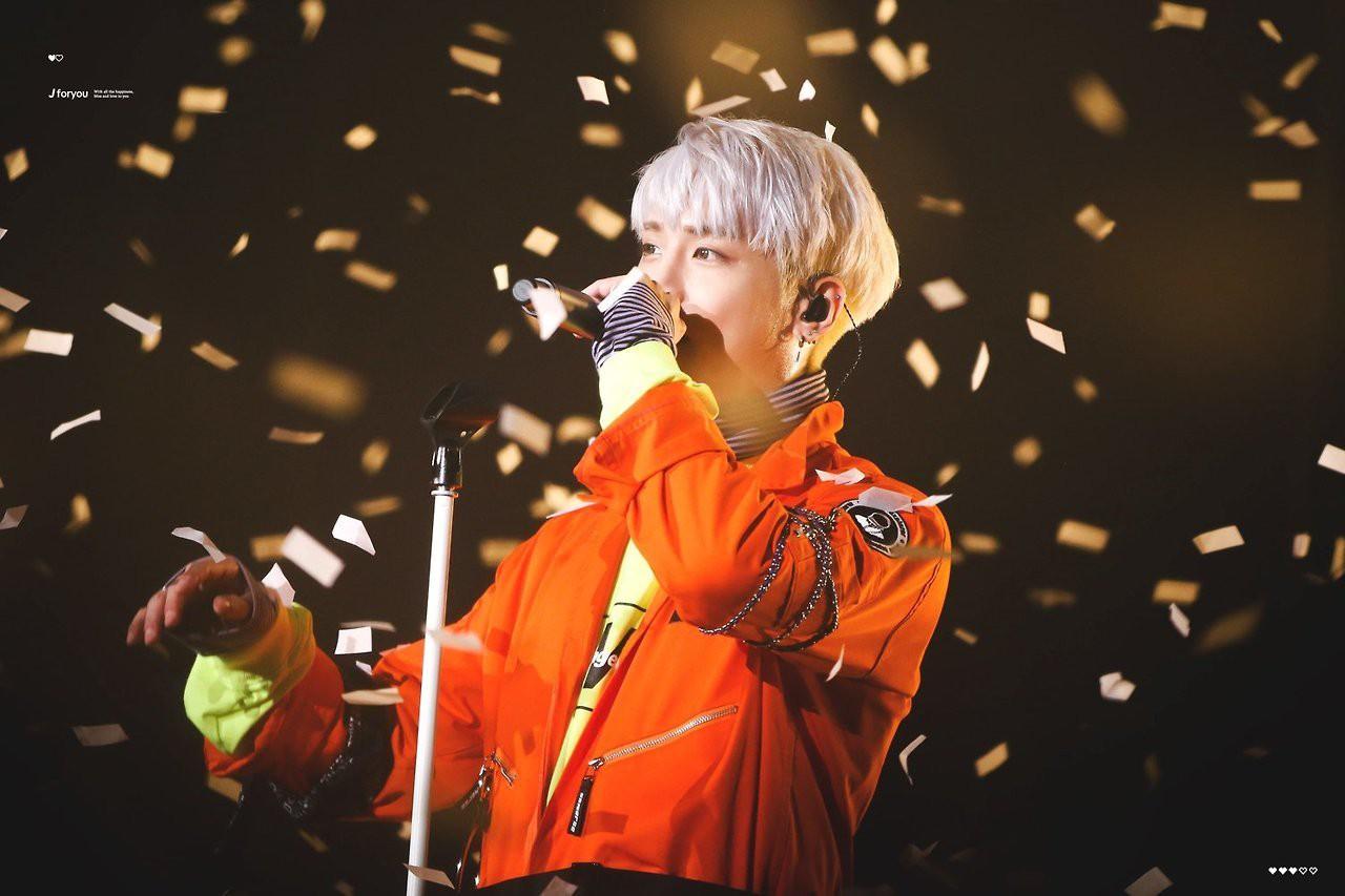 Chỉ mới cách đây 1 tuần, Jonghyun còn rạng rỡ trên sân khấu thế này, ai ngờ đây lại là màn trình diễn cuối cùng của anh - Ảnh 1.