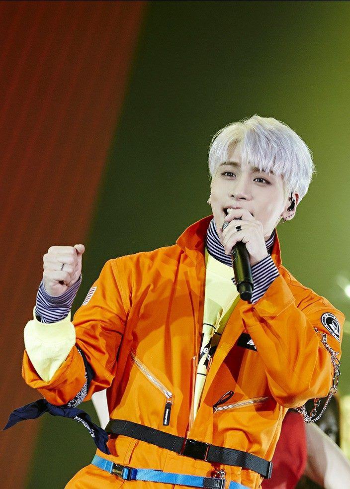 Chỉ mới cách đây 1 tuần, Jonghyun còn rạng rỡ trên sân khấu thế này, ai ngờ đây lại là màn trình diễn cuối cùng của anh - Ảnh 2.