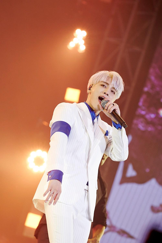 Chỉ mới cách đây 1 tuần, Jonghyun còn rạng rỡ trên sân khấu thế này, ai ngờ đây lại là màn trình diễn cuối cùng của anh - Ảnh 4.