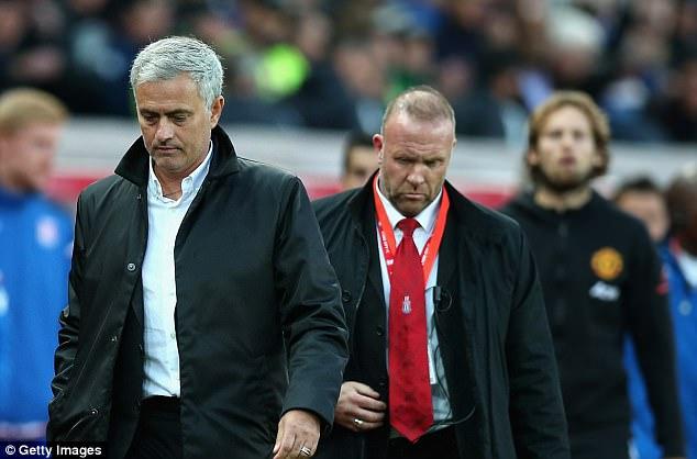 Vì sao Jose Mourinho từ chối bắt tay Mark Hughes? - Ảnh 1.