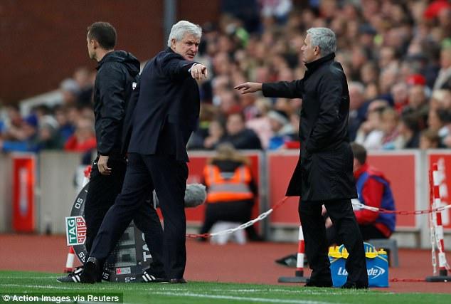 Vì sao Jose Mourinho từ chối bắt tay Mark Hughes? - Ảnh 2.
