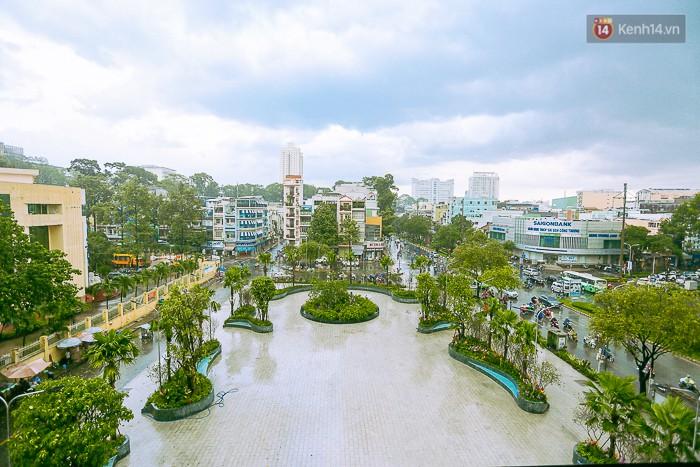 Giới trẻ hào hứng chụp ảnh với các biển quảng cáo Sài Gòn - Chợ Lớn xưa được trưng bày tại The Garden Mall - Ảnh 1.