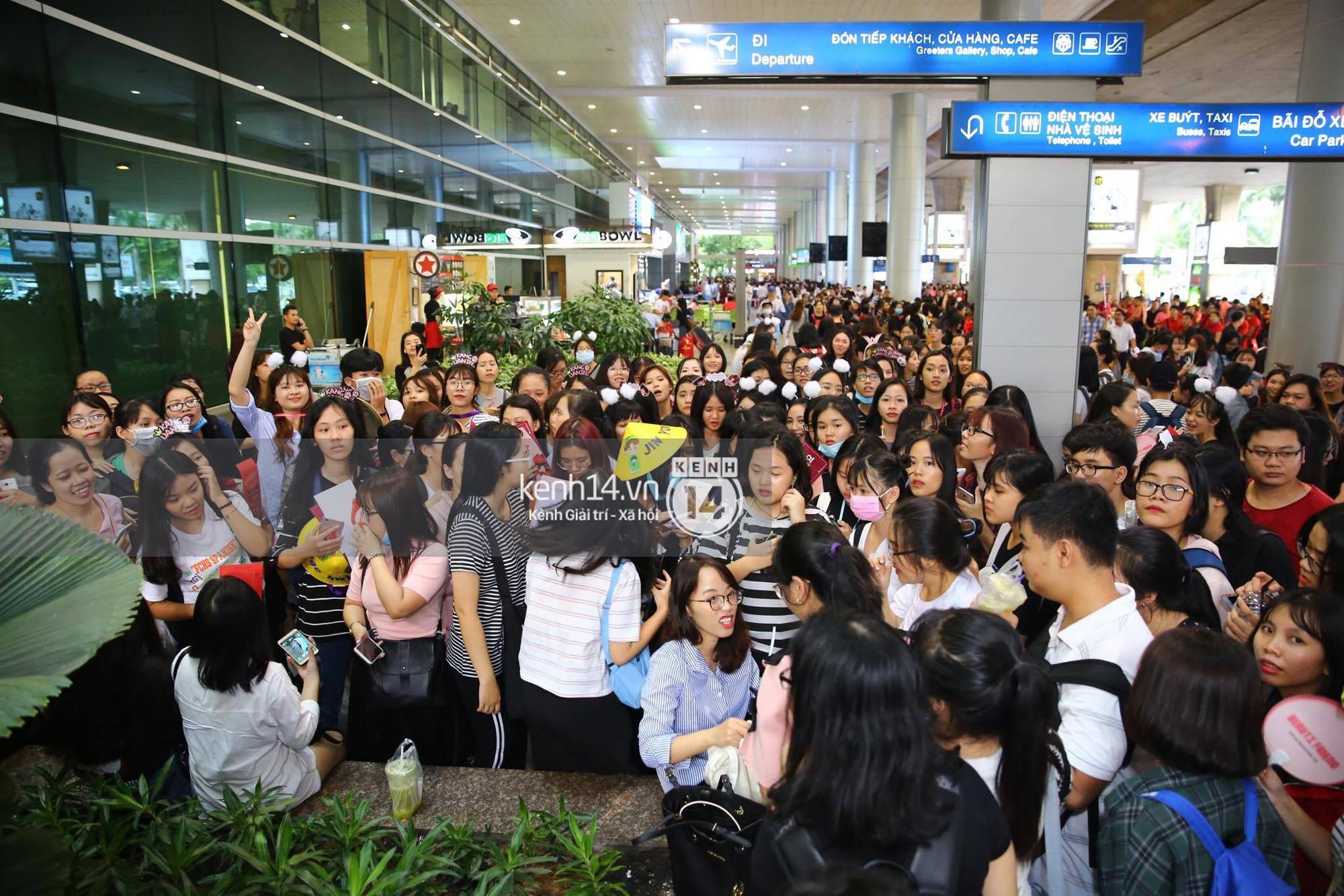 Fan Việt chiếm đóng nửa sân bay Tân Sơn Nhất chỉ để đón chờ WANNA ONE - Ảnh 13.