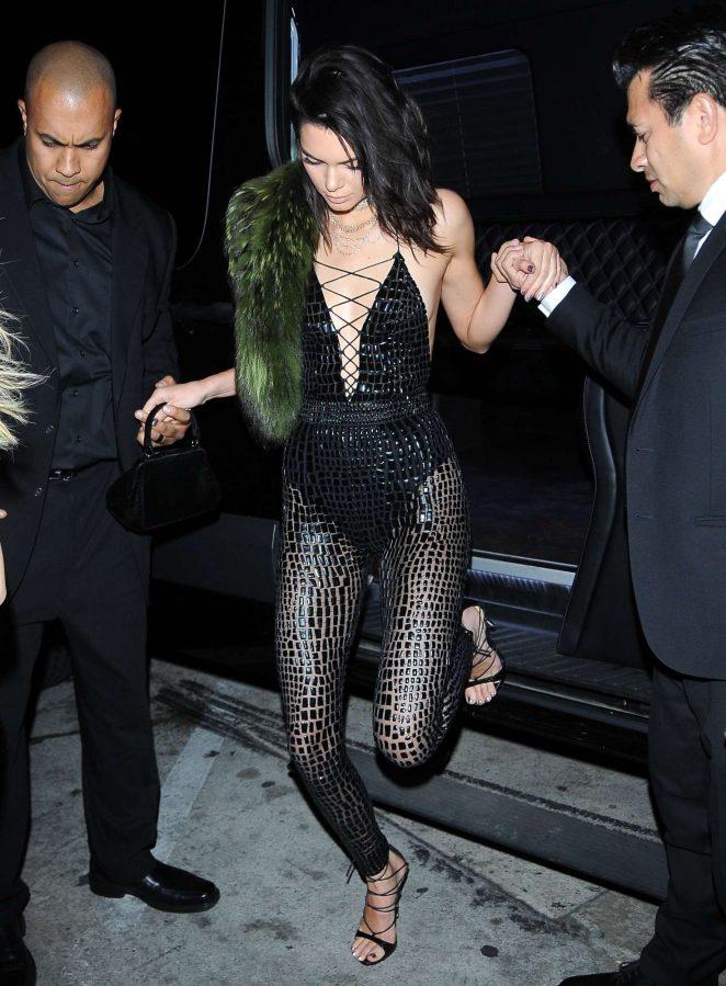 Suốt ngày diện đồ lưới xuyên thấu mặc cũng như không thế này chỉ có thể là đôi bạn cùng tiến Kendall Jenner - Bella Hadid - Ảnh 15.