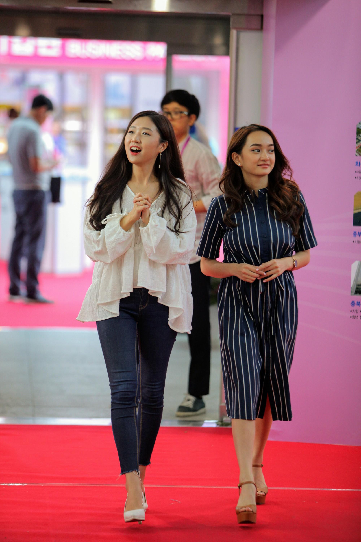 Clip khám phá Hàn Quốc siêu dễ thương của Kaity Nguyễn và hotgirl Ca sĩ giấu mặt Jin Ju - Ảnh 5.