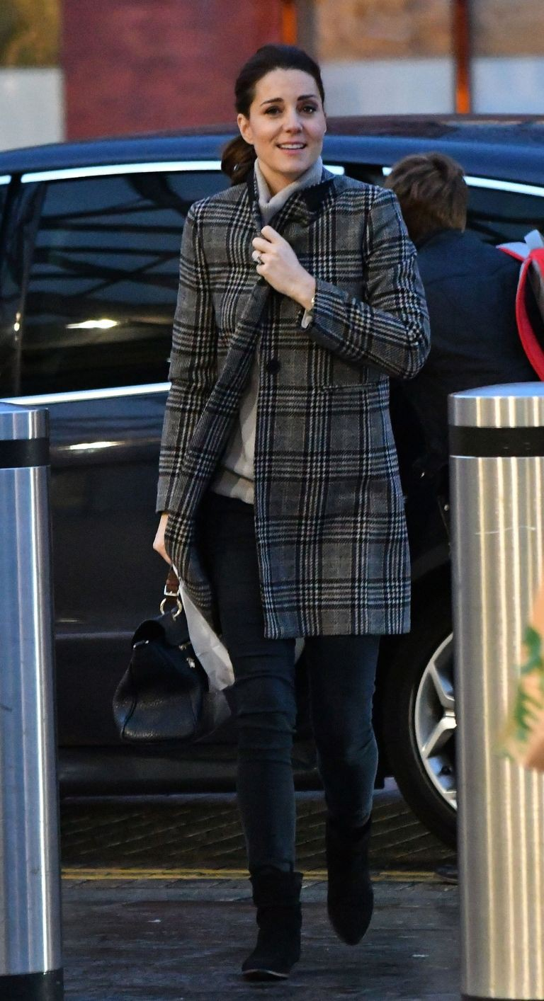 Bước 1 để mặc giống Công nương Kate Middleton: Đến ngay cửa hàng Zara - Ảnh 1.