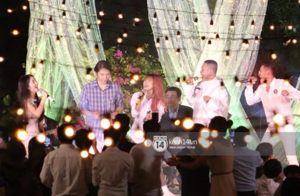 Vợ chồng Khởi My - Kelvin Khánh hát 60 năm cuộc đời, nhắng nhít tung hoa trong tiệc cưới - Ảnh 24.