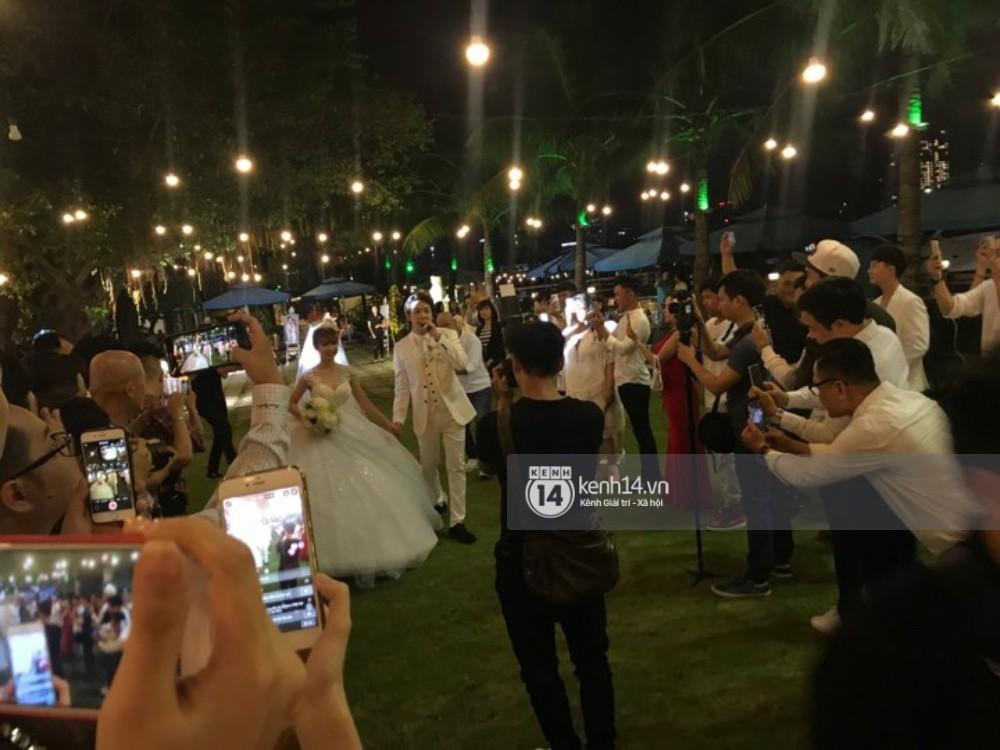 Vợ chồng Khởi My - Kelvin Khánh hát 60 năm cuộc đời, nhắng nhít tung hoa trong tiệc cưới - Ảnh 10.
