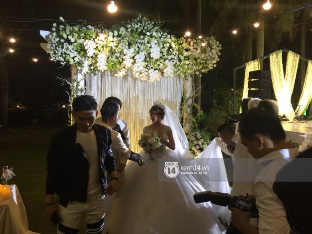 Vợ chồng Khởi My - Kelvin Khánh hát 60 năm cuộc đời, nhắng nhít tung hoa trong tiệc cưới - Ảnh 8.