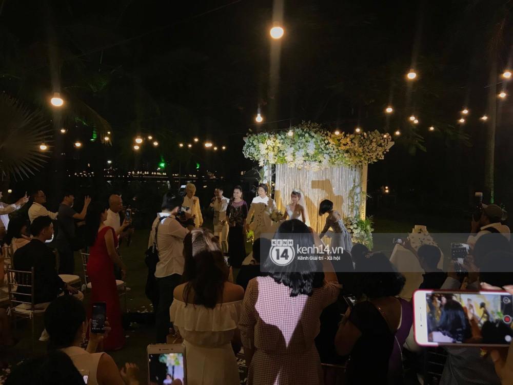 Vợ chồng Khởi My - Kelvin Khánh hát 60 năm cuộc đời, nhắng nhít tung hoa trong tiệc cưới - Ảnh 9.