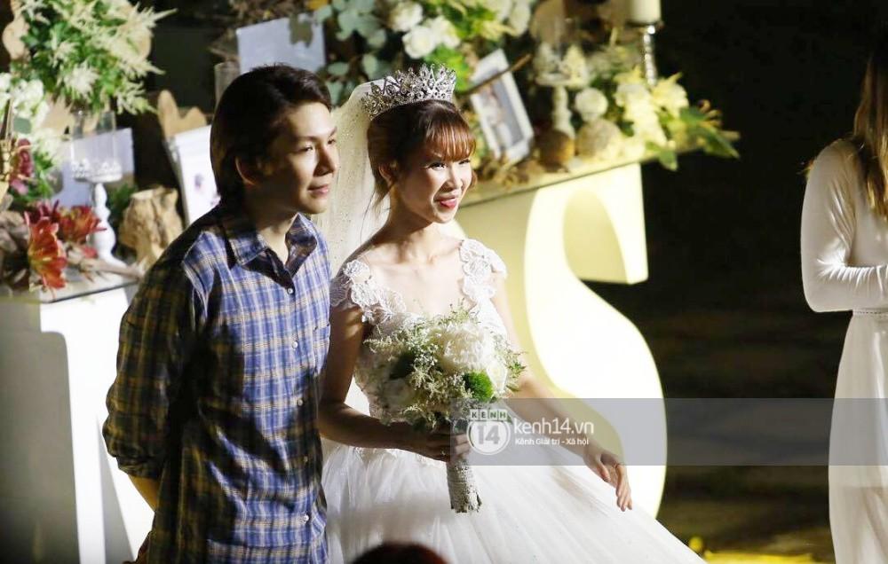 Vợ chồng Khởi My - Kelvin Khánh hát 60 năm cuộc đời, nhắng nhít tung hoa trong tiệc cưới - Ảnh 19.