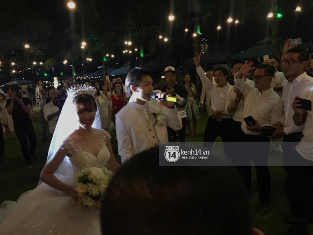 Vợ chồng Khởi My - Kelvin Khánh hát 60 năm cuộc đời, nhắng nhít tung hoa trong tiệc cưới - Ảnh 12.