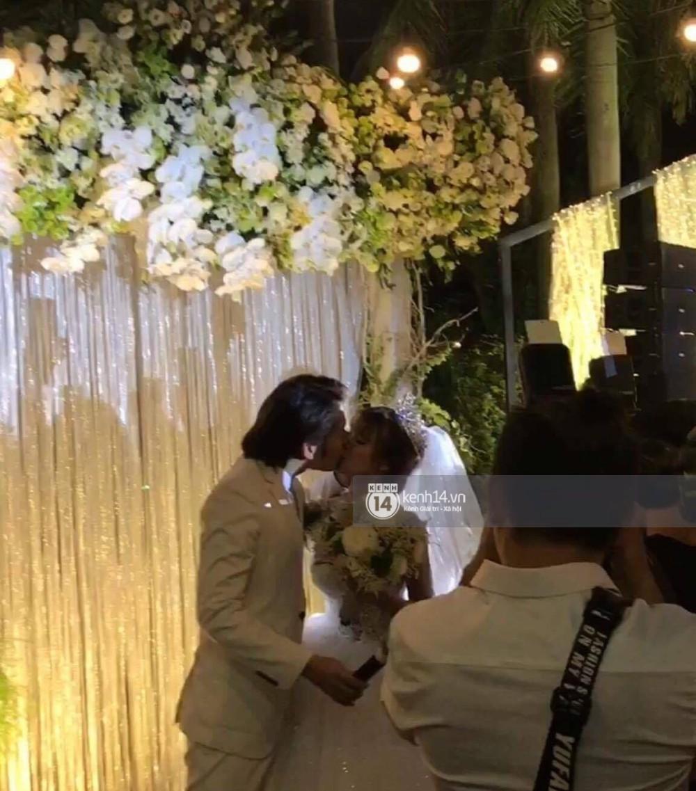 Vợ chồng Khởi My - Kelvin Khánh hát 60 năm cuộc đời, nhắng nhít tung hoa trong tiệc cưới - Ảnh 13.