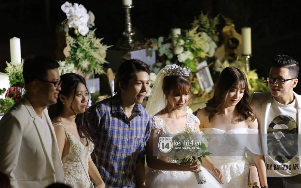 Vợ chồng Khởi My - Kelvin Khánh hát 60 năm cuộc đời, nhắng nhít tung hoa trong tiệc cưới - Ảnh 18.