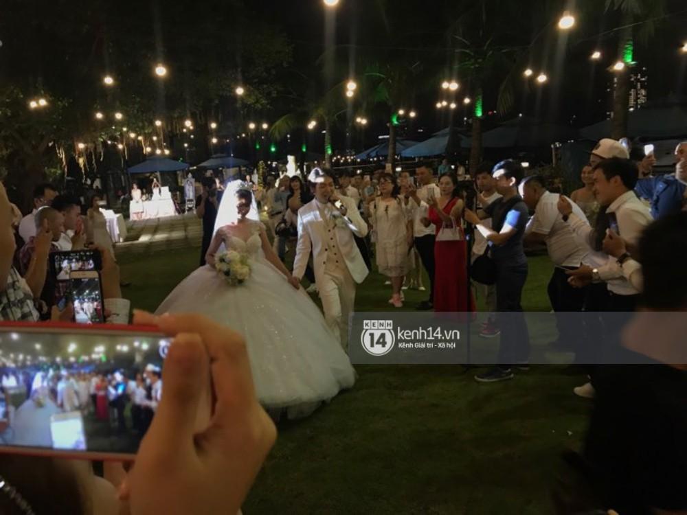 Vợ chồng Khởi My - Kelvin Khánh hát 60 năm cuộc đời, nhắng nhít tung hoa trong tiệc cưới - Ảnh 11.