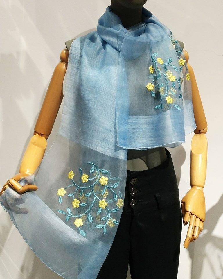 Khăn lụa Khải Silk bán hàng triệu đồng, mẫu tương tự bên Trung Quốc chỉ bằng 1/10 mức giá - Ảnh 2.