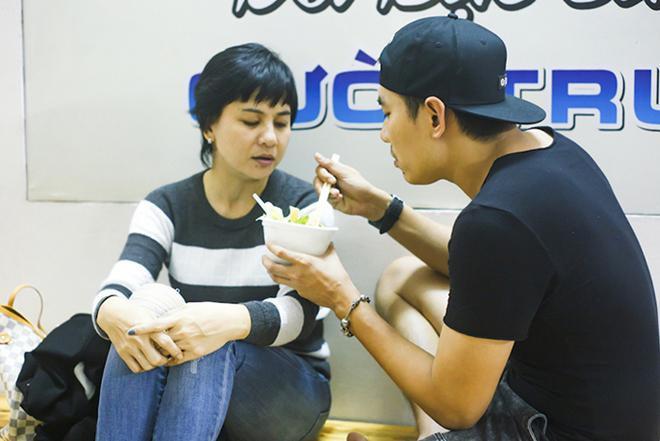 Clip: Kiều Minh Tuấn tự tay tỉ mẩn làm đẹp cho mẹ - Ảnh 3.