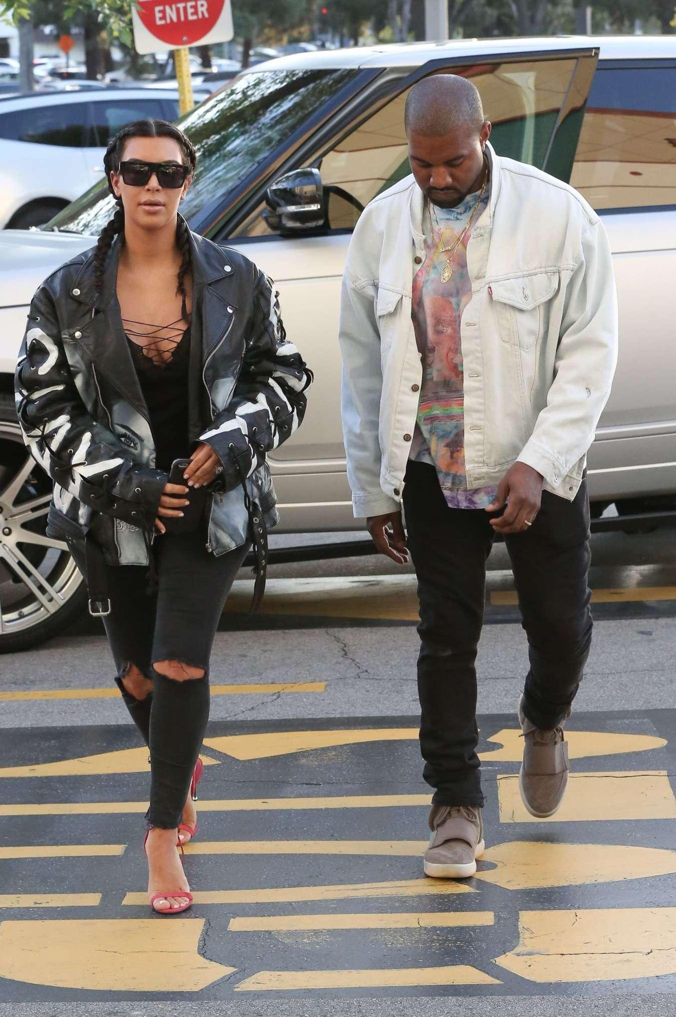 Kim Kardashian có cả một tủ những chiếc quần jeans trời hành - Ảnh 13.