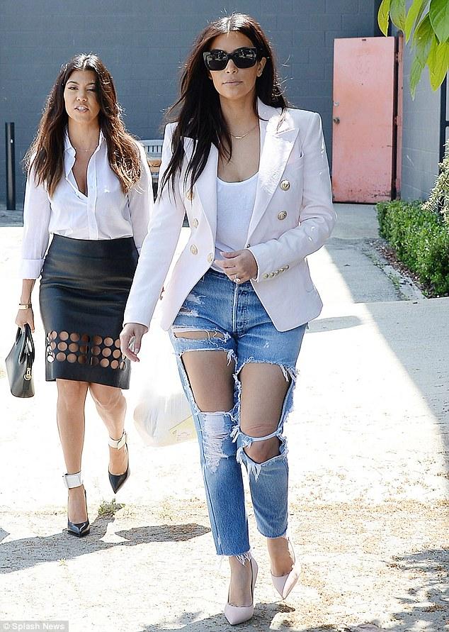 Kim Kardashian có cả một tủ những chiếc quần jeans trời hành - Ảnh 4.