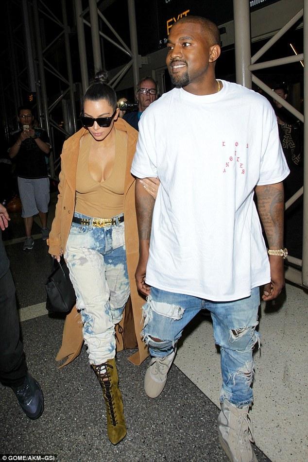 Kim Kardashian có cả một tủ những chiếc quần jeans trời hành - Ảnh 11.