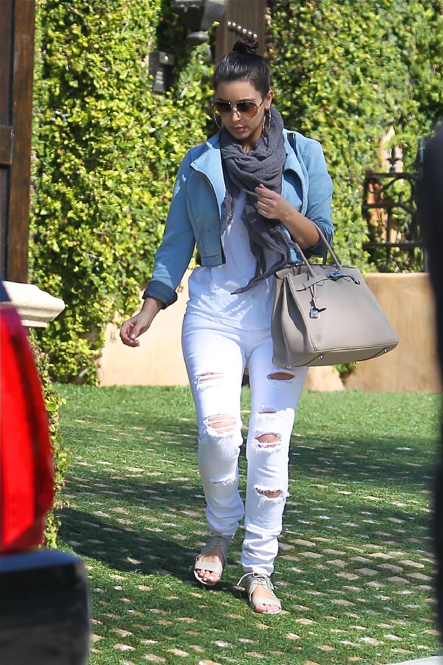 Kim Kardashian có cả một tủ những chiếc quần jeans trời hành - Ảnh 6.