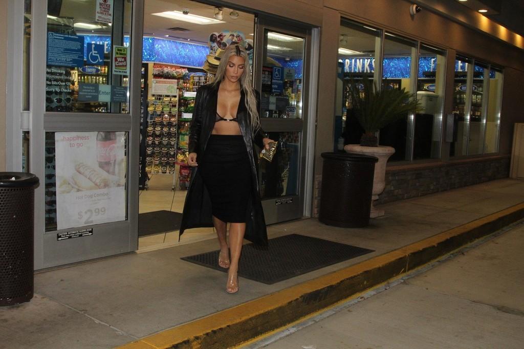 Hở bạo, mặc bra xuyên thấu đi mua kẹo dẻo lúc nửa đêm, chính là Kim Kardashian - Ảnh 2.