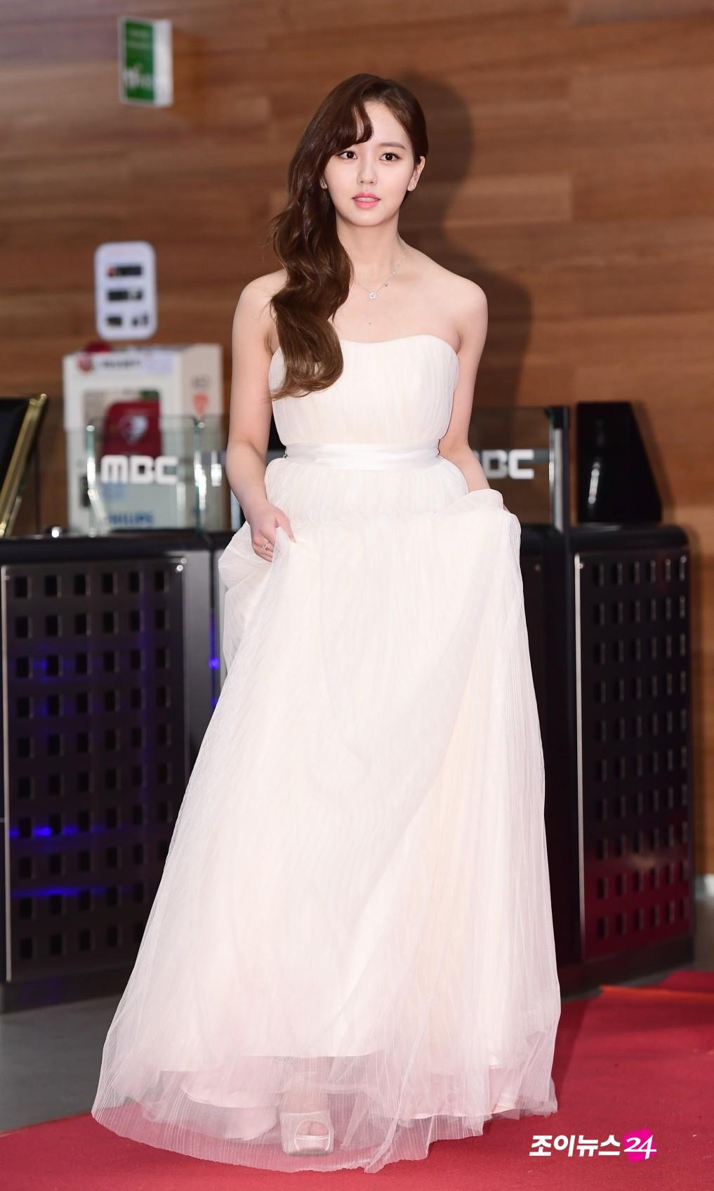 Thảm đỏ MBC Drama Awards hội tụ 30 sao khủng: Rắn độc Hyoyoung cúi người khoe ngực đồ sộ, chấp hết dàn mỹ nhân hạng A - Ảnh 7.