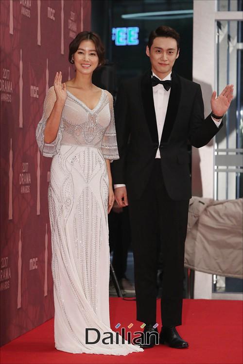 Thảm đỏ MBC Drama Awards hội tụ 30 sao khủng: Rắn độc Hyoyoung cúi người khoe ngực đồ sộ, chấp hết dàn mỹ nhân hạng A - Ảnh 16.