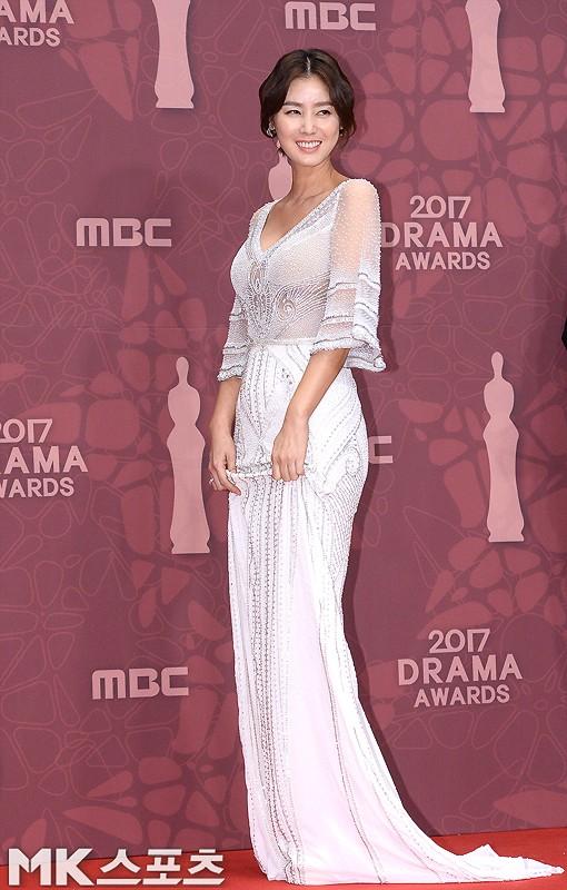 Thảm đỏ MBC Drama Awards hội tụ 30 sao khủng: Rắn độc Hyoyoung cúi người khoe ngực đồ sộ, chấp hết dàn mỹ nhân hạng A - Ảnh 17.
