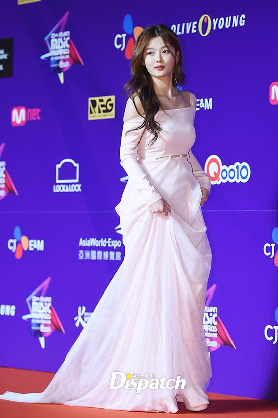 Cập nhật thảm đỏ MAMA Hồng Kông: Kim Yoo Jung chiếm trọn sự chú ý, em út Red Velvet hở bạo - Ảnh 1.