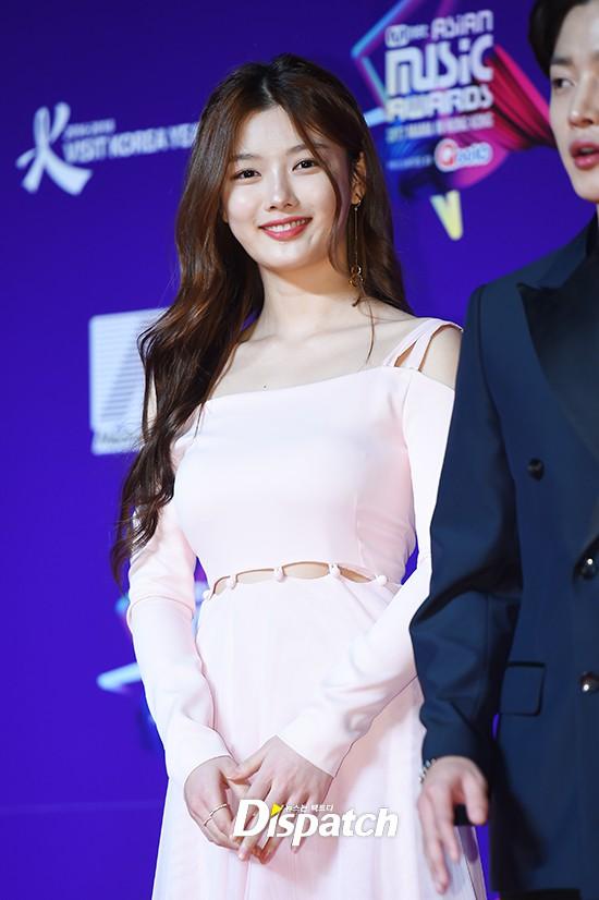 Cập nhật thảm đỏ MAMA Hồng Kông: Kim Yoo Jung chiếm trọn sự chú ý, em út Red Velvet hở bạo - Ảnh 3.