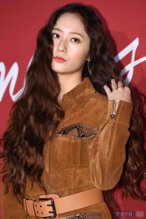 Người ta uốn tóc xoăn tít thì xấu mà chẳng hiểu sao Krystal vẫn đẹp ná thở - Ảnh 5.