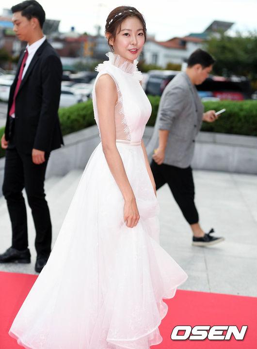 Thảm đỏ Korea Drama Awards: Hoa hậu Hàn đẹp nhất thế giới đẹp xuất sắc, nữ idol bỗng bật lên vì quá xinh - Ảnh 20.