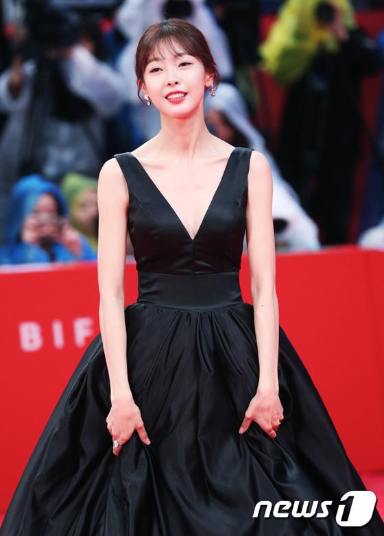 Thảm đỏ hot nhất hôm nay: Yoona khoe lưng trần bên tài tử Jang Dong Gun, sao Vì sao đưa anh tới lộ hàng - Ảnh 26.