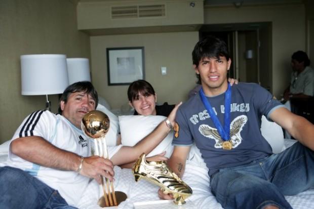 Sergio Aguero: Từ đứa trẻ dị tật ở cổ vươn lên thành chân sút vĩ đại nhất Man City - Ảnh 1.