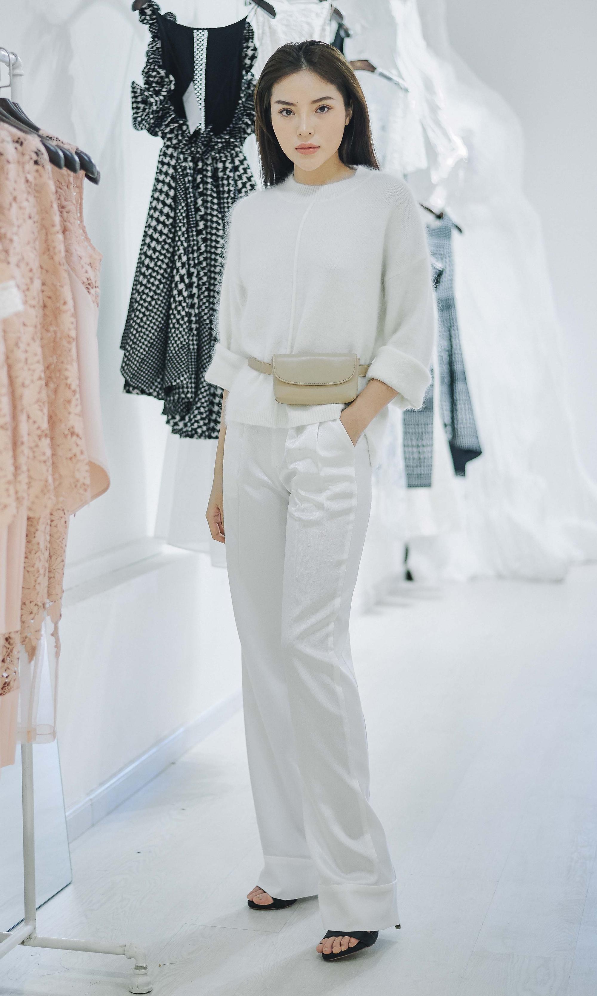 Kỳ Duyên ngày một ra dáng fashion icon, đọ sắc với Phạm Hương trong buổi thử đồ của NTK Adrian Anh Tuấn - Ảnh 8.