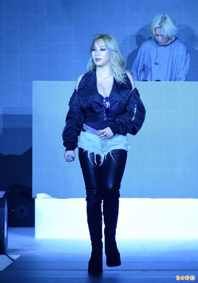 Mang thiết kế Công Trí đến thảm đỏ Asia Fashion Award, Lan Khuê còn nổi bật hơn cả CL - Ảnh 10.