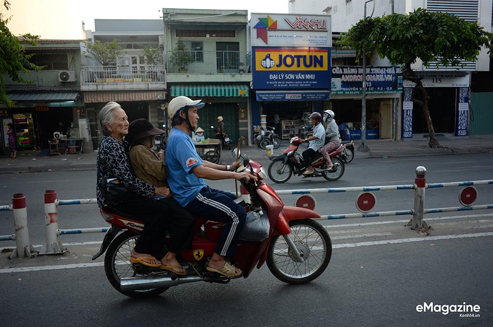 Một ngày lang thang của đội quân bô lão bán vé số giữa Sài Gòn - Ảnh 24.