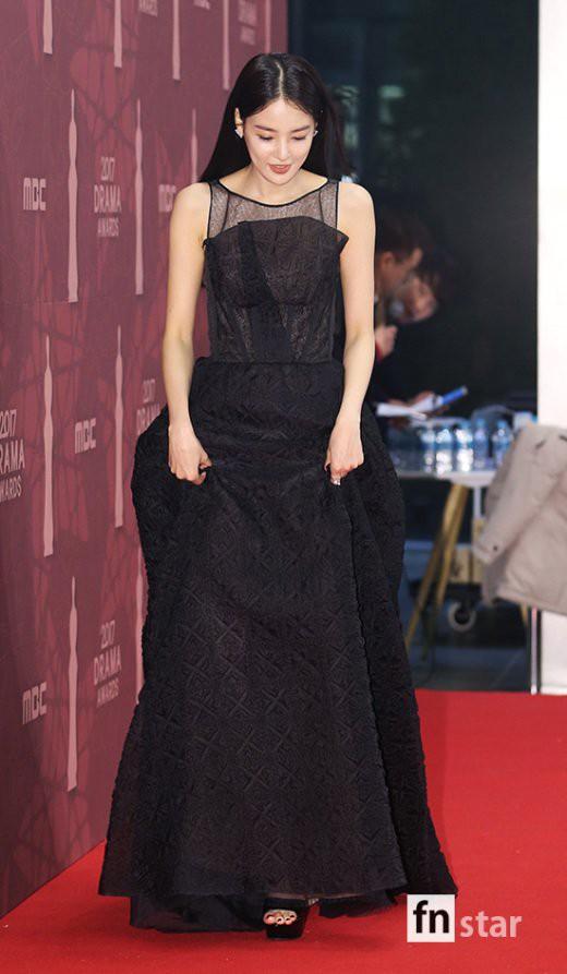 Thảm đỏ MBC Drama Awards hội tụ 30 sao khủng: Rắn độc Hyoyoung cúi người khoe ngực đồ sộ, chấp hết dàn mỹ nhân hạng A - Ảnh 31.