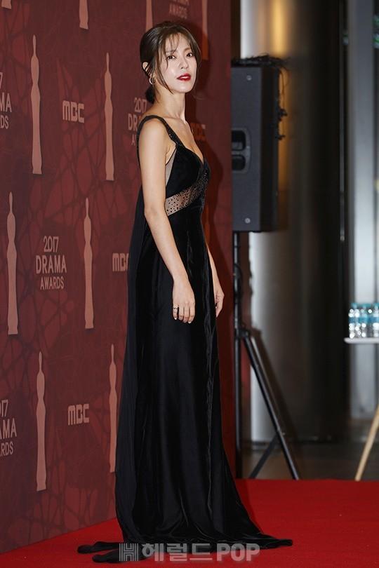 Thảm đỏ MBC Drama Awards hội tụ 30 sao khủng: Rắn độc Hyoyoung cúi người khoe ngực đồ sộ, chấp hết dàn mỹ nhân hạng A - Ảnh 34.